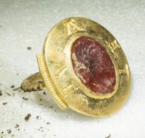 L'anneau sigillaire avec intaille antique.  © Alexis Grattier – Université Lumière Lyon 2. Photo service de presse.