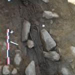 L'une des deux tombes à coffrage mises au jour sur la Place Vieille à Isola. Photo service de presse.