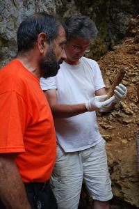 A. Mann et B. Maureille étudiant unfémur de néandertalien - 2010. © photo : laboratoire PACEA.