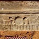Linteau de chapelle funéraire. Les quatre lignes de textes présentent la propriétaire, Dame Adatalabe. © Vincent Francigny/Mission archéologique de Sedeinga.