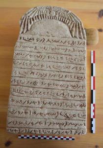 Stèle au nom de la Dame Maliwarase. © Claude Rilly/Mission archéologique de Sedeinga.