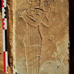Le montant de chapelle funéraire avec la figure de la déesse Maât. Il date également du IIe siècle apr. J.-C. (Royaume de Méroé). © Vincent Francigny/Mission archéologique de Sedeinga.