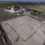 Photo du site par drone (© 3DRView). Au second plan, le château de la Maison Ferrand.