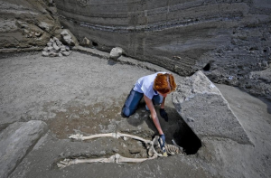 Horrific details of a victim of the AD 79 eruption in #Pompeii emerge in Region V excavations. A 35 yr old trying to escape but probably hampered by a diseased leg then gets struck by falling masonry that decapitates them. Images & info: http://napoli.repubblica.it/cronaca/2018/05/29/news/scoperta_a_pompei_riemerge_l_ultimo_fuggiasco-197623740/ … via @pompeii_sites. Photo DR.