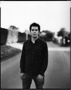 Photographe français né en 1980, Raphaël Dallaporta s'est formé aux Gobelins - l'école de l'image, à Paris (2000-2002) et à la Fabrica en Italie (2002-2003). S'il privilégie une approche scientifique, il joue avec les statuts de l'image photographique, la faisant basculer d'une fonction documentaire à une portée symbolique. Les sujets qu'il aborde relèvent des préoccupations humaines, que ce soit lorsqu'il collabore avec des démineurs (sa série Antipersonnel), des juristes (Esclavage domestique) ou des archéologues (Ruins). Pensionnaire en 2014-2015 de l'Académie de France à Rome - Villa Médicis, lauréat de l'ICP Infinity Award 2010 à New York, il a notamment exposé aux Rencontres internationales de la photographie d'Arles ou au Musée de l'Elysée à Lausanne (Suisse).