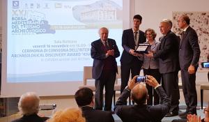 """Benjamin Clément (Archeodunum SAS) reçoit le prix """"Khaled Al-Asaad"""" lors du XXIe congrès du Mediterranean Exchange of Archaeological Tourism, à Paestum, le vendredi 16 novembre 2018/ Photo DR."""