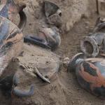 Quelques vases d'époque préromaine déposés dans la sépulture de la tombe samnite découverte sur le site des fouilles archéologiques. © Géraldine Bénit.