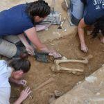 Découverte d'ossements par les équipes de l'INRAP près du rempart romain de Nîmes, le 28 août 2019. AFP/Pascal Guyot. DR.