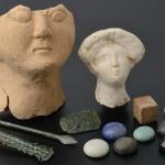 Ensemble du III e  s. Alliage cuivreux, os, pierres semi-précieuses, terre cuite. Photo service de presse.