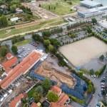 Fig. 1 : Vue aérienne du chantier. Au fond, le Musée et site de Saint-Romain-en-Gal. © Flore Giraud pour Archeodunum. DR.