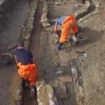 Fig. 4 : Interruption dans le mur de terrasse et canalisations en cours de fouille. DR.