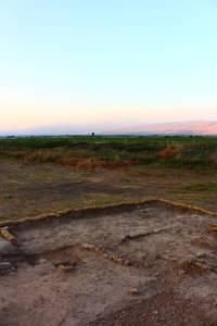 Une partie du site de fouilles de Beisamoun (Israël). La fosse visible est le bûcher-tombe. © mission Beisamoun. Photo service de presse.