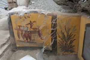 Cette peinture représentant un personnage marchant parmi des amphores fait sans doute référence aux activités de la taverne, faisant office d'enseigne. © Parco Archeologico di Pompei. Photo de presse.