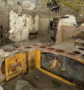 Vue générale du thermopolium avec les peintures destinées à attirer les clients.