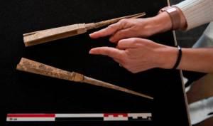 Les deux branches en ivoire de la monture du flabellum d'Itàlica réexaminé dans le musée de Séville. DR.