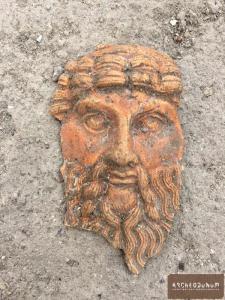 Manque de pot : d'un vase antique, seul a survécu ce décor de Bacchus.