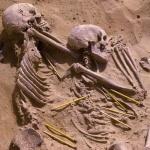 Photographie d'archive illustrant la tombe double des individus JS 20 et JS 21 avec l'indication par les crayons de la position des artéfacts lithiques associés. © Fond d'Archives Wendorf du British Museum. Photo de presse.