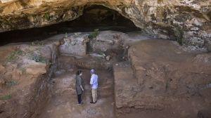 Des archéologues devant l'entrée de la grotte des Contrebandiers, près de Rabat au Maroc, le 18 septembre 2021. (FADEL SENNA/AFP). DR.