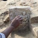 La toute dernière stèle funéraire d'époque gréco-romaine mise au jour à Abou Billou. Elle mentionne le nom du défunt : Erminos. © Photo mission archéologique française d'Abou Billou. DR.